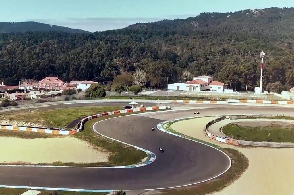 Vuelo de evento deportivo y audiovisual con dron sobre un circuito de motociclismo. Evento deportivo grabado con un dron