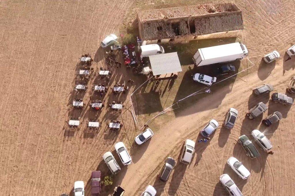 Vuelo de evento en una finca con dron. Evento grabado con un dron con comida incluida