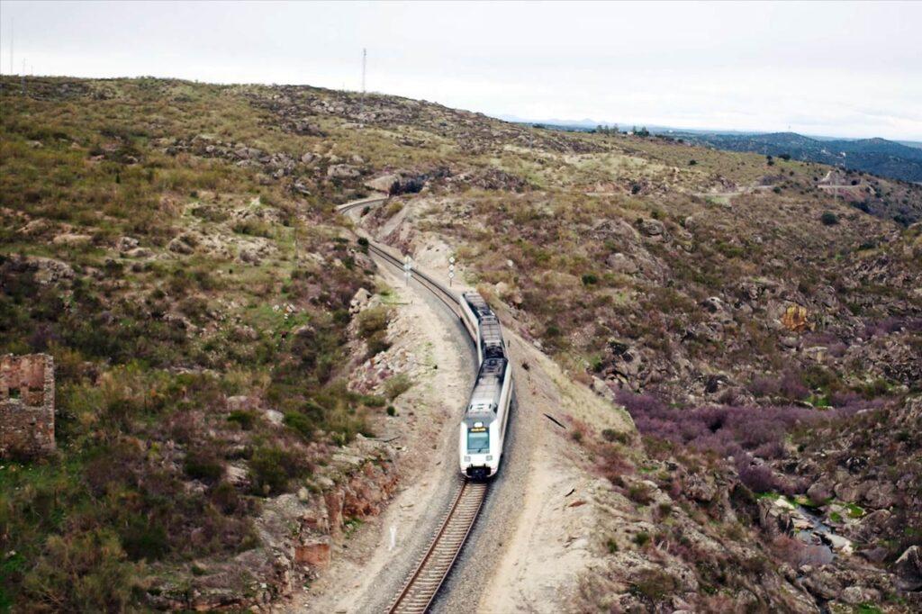 Grabación con un dron sobre el paso del tren en una sierra cacereña. Eventos audio visuales con drones
