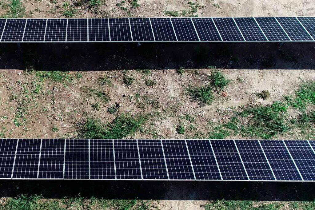 Detalle de mantenimientos preventivos con drones en planta solar. Planta solar fotovoltaica para Inspección técnica con dron.