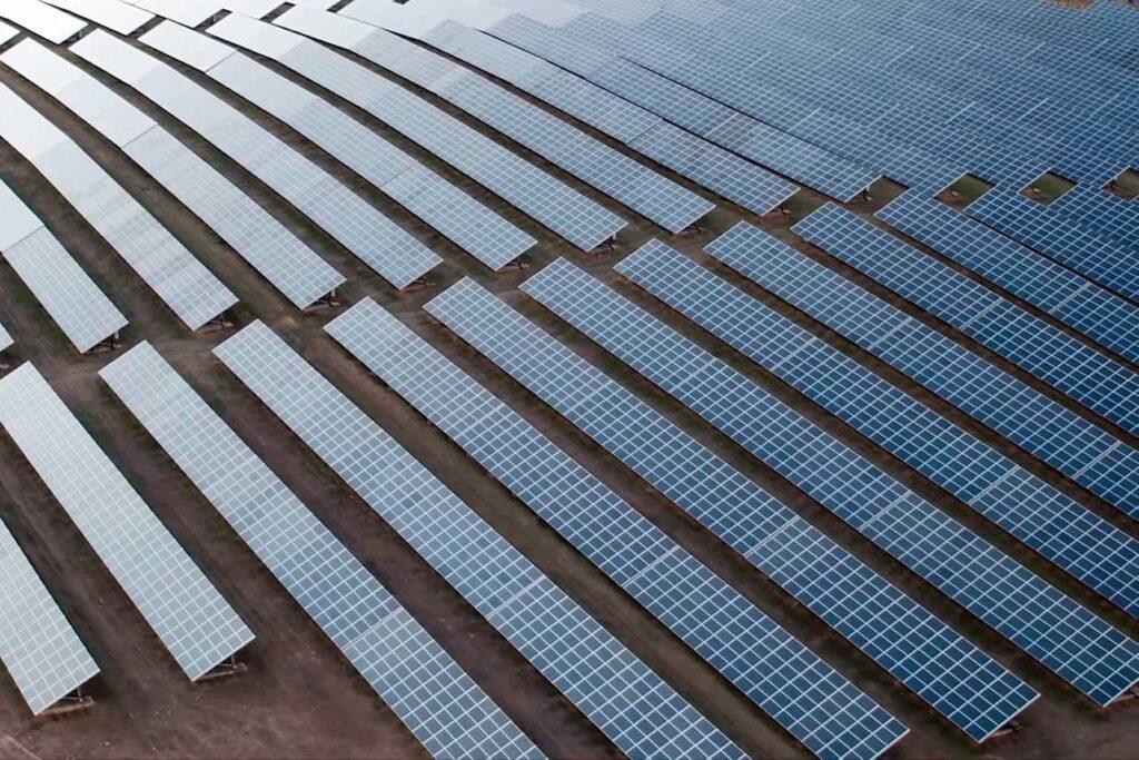 Inspección técnica con dron en planta solar fotovoltaica. Mantenimientos preventivos con drones en paneles solares