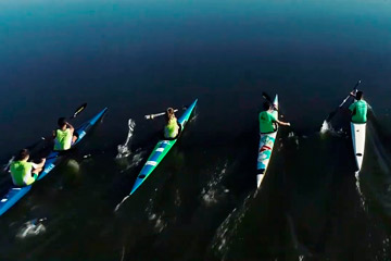 Vuelo de evento deportivo de piragüismo con dron sobre el río guadiana a su paso por Badajoz. Evento deportivo grabado con un dron