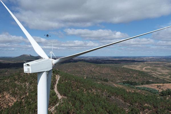 Inspección técnica con dron Matrice 300 RTK de la parte superior de un aerogenerador de un parque eólico.