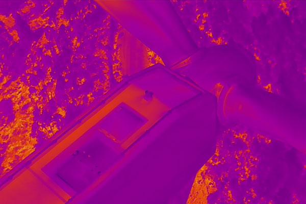 Detalle de la inspección técnica con dron sobre un aerogenerador con la cámara térmica, en un parque eólico.
