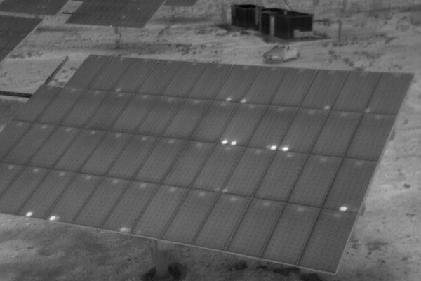 Detección en inspección técnica de hotspot o puntos calientes con dron con sensores termográficos en placas solares
