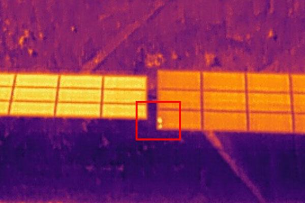 Detección en inspección técnica de hotspot o puntos calientes con dron con cámara térmica para planta fotovoltaica.