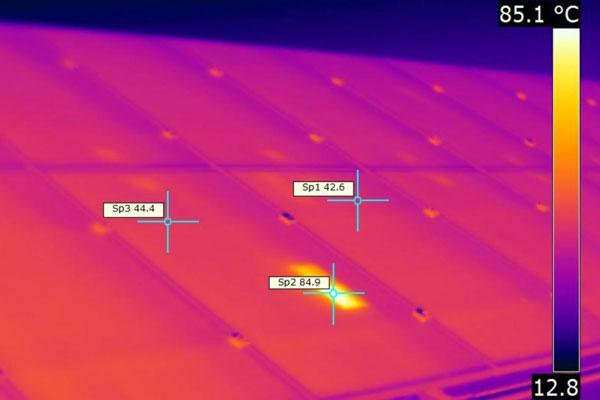 Detección de puntos calientes en inspección técnica con dron con cámara térmica para planta fotovoltaica.