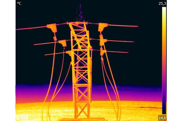 Detalle de inspección Técnica con cámara térmica sobre líneas electricas y apoyos de alta y media tensión.