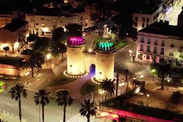 Vuelo urbano con dron sobre Badajoz. Sobrevolando la noche con un dron en Badajoz. Vista Puerta Palma iluminada colores