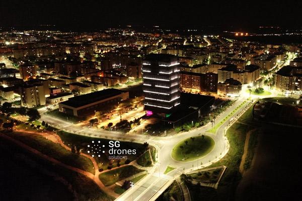 Vuelo urbano con dron sobre Badajoz. Sobrevolando la noche con un dron en Badajoz.
