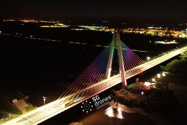 Vuelo urbano con dron sobre Badajoz. Sobrevolando la noche con un dron en Badajoz. Vista Puente Real iluminado