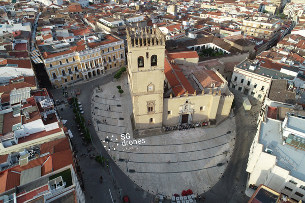Vuelo urbano con dron sobre Badajoz. Sobrevolando con un dron en Badajoz. Vista Catedral y Ayutamiento