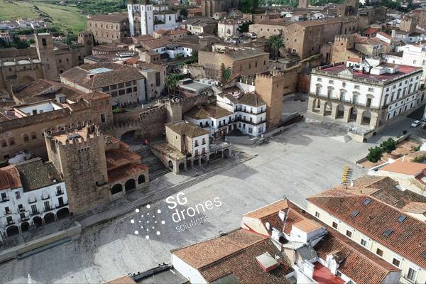 Vuelo urbano con dron sobre Cáceres. Sobrevolando con un dron en Cáceres. Vista Plaza Mayor Arco de la estrella