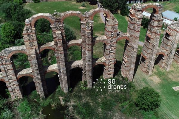 Vuelo urbano con dron sobre Mérida. Sobrevolando con un dron en Mérida. Vista acueducto romano