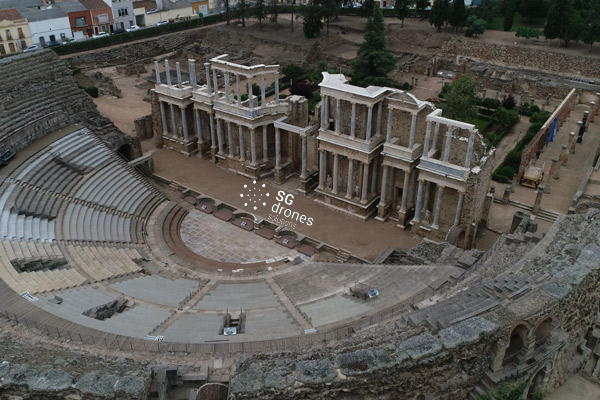 Vuelo urbano con dron, imagen aérea sobre el teatro romano de Mérida